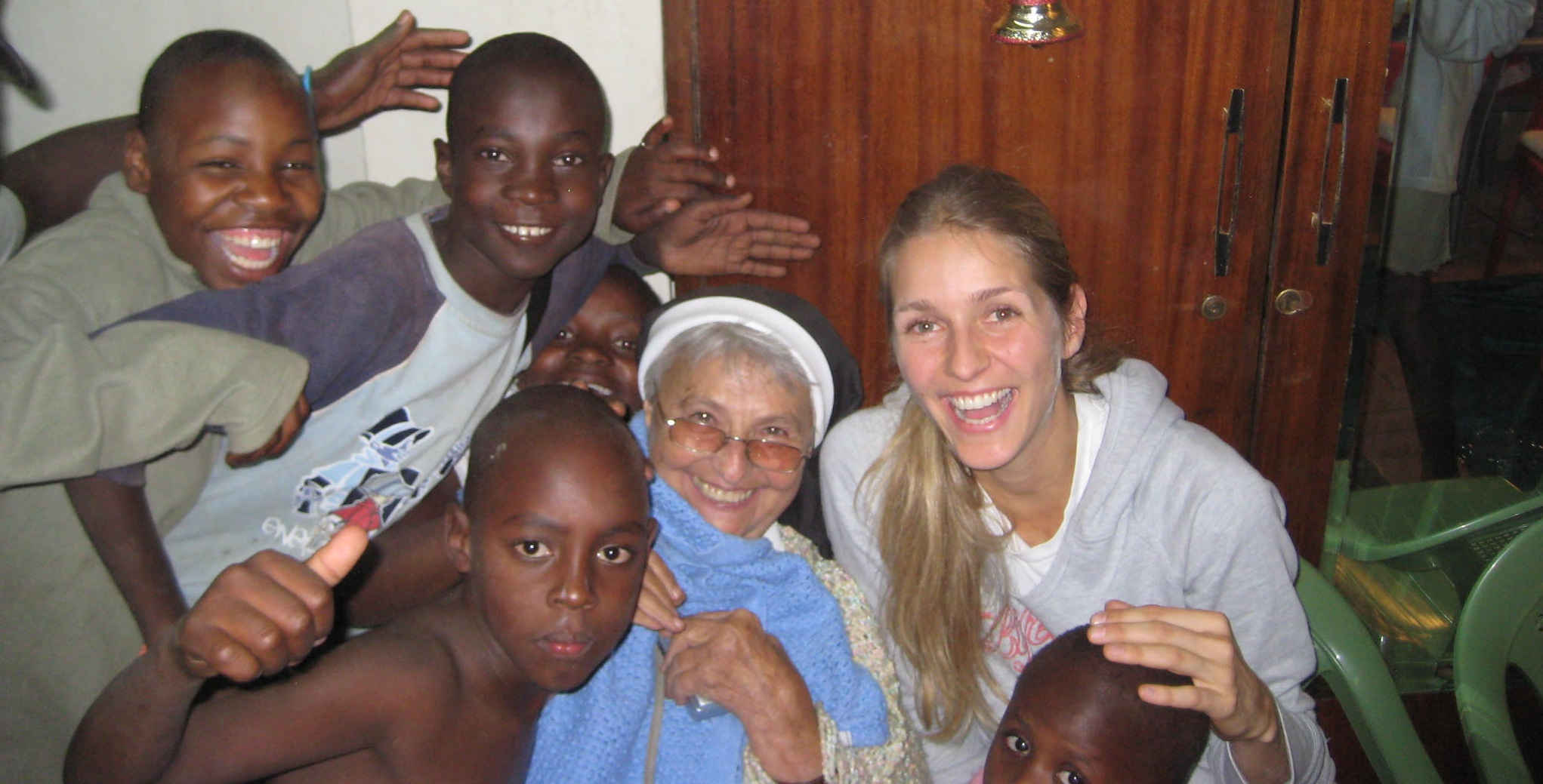 Kinder in der Mission Thika in Kenia mit Schwester Luise Radlmeier